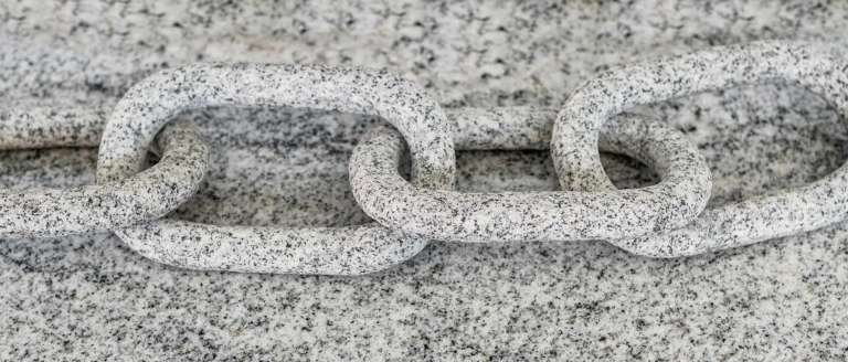 Steinkette in einem Stück